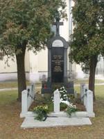 pomnik u kostela