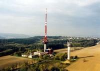 Pohled na televizní vysílač v Hošťálkovicích, vybudovaný v roce 1979 a pomocnou retranslační věž- rok 2000